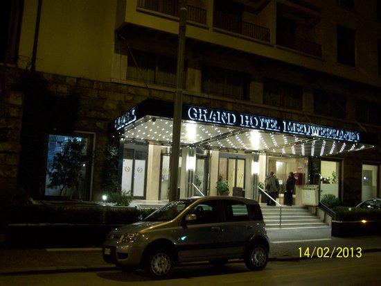 Grand Hotel Mediterraneo: entrada del hotel