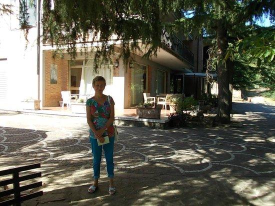 Hotel Villa Ambra: Parking et entrée.