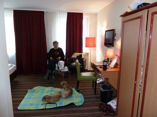 Leonardo Hotel Frankfurt City Center:                   comfortable armchairs and good reading lamps