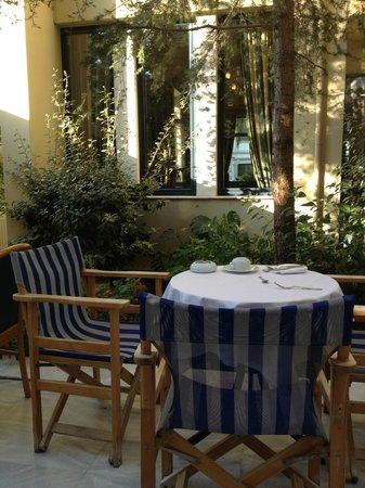 Avra City Hotel:                   zona colazione all'esterno