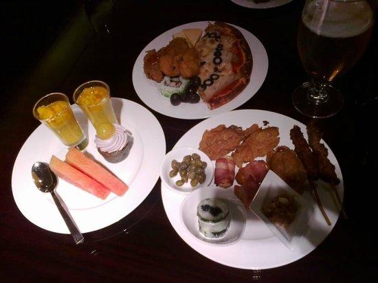 Hilton Guangzhou Baiyun:                                     Executive lounge snacks
