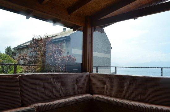 Hostel Inn Bariloche:                   Sofá e varandinha