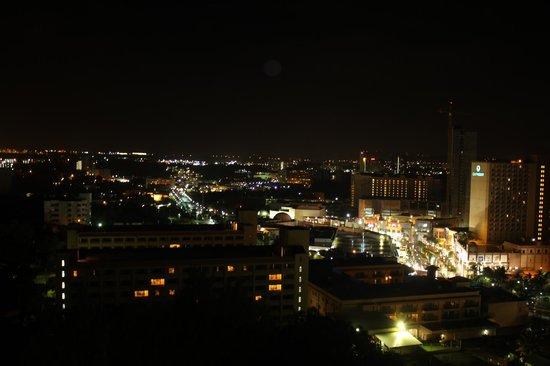 Bayview Hotel Guam:                   9階バルコニーからの眺め(夜)