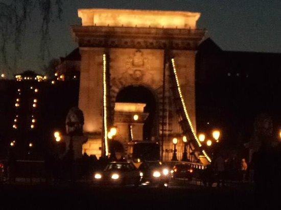 Mercure Budapest Buda: chain bridge