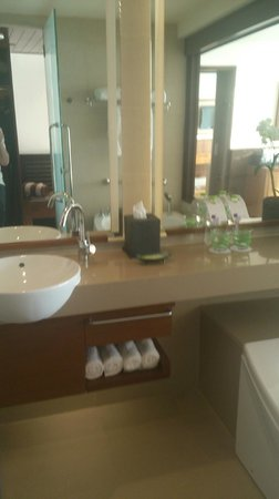 The Westin Siray Bay Resort & Spa Phuket: The bathroom (Discovery Suite)