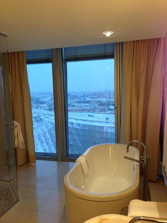Jumeirah Frankfurt:                   Bad Junior Suite