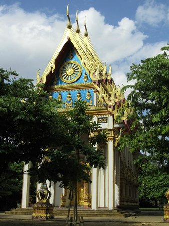Buddha Cave Temple (Wat Suwannakuha):                   In the country-yard there are much more beautiful temples thab in the cave