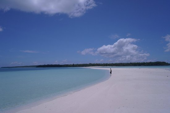 Tual, Indonesien:                   A beach that winds out into the sea!