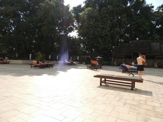 Chiang Mai Plaza Hotel:                   lato piscina