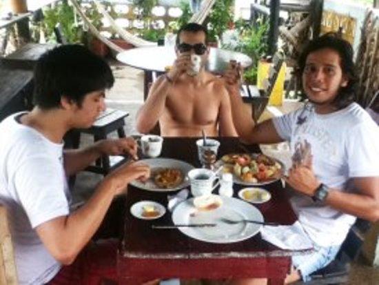 Hotel Oso Perezoso: Guests enjoying breakfast