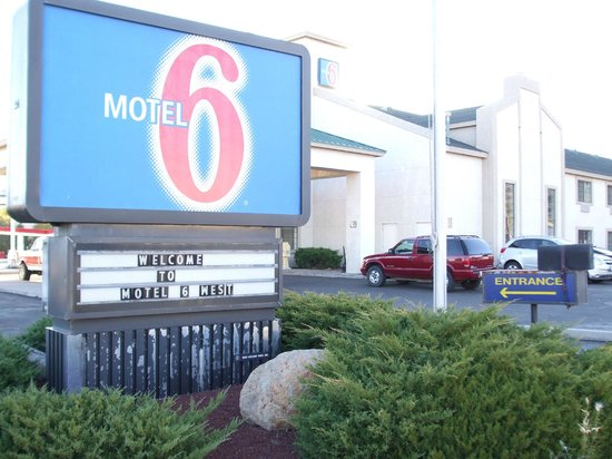 Motel 6 Williams West - Grand Canyon:                   Sign at the front of the hotel