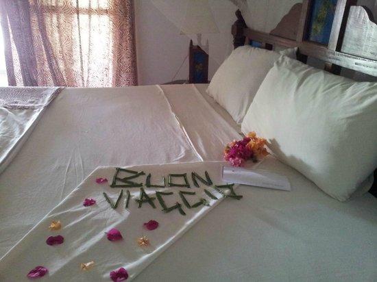 Jacaranda Beach Resort:                                                       mio letto,saluti a fine vacanza coi fiori