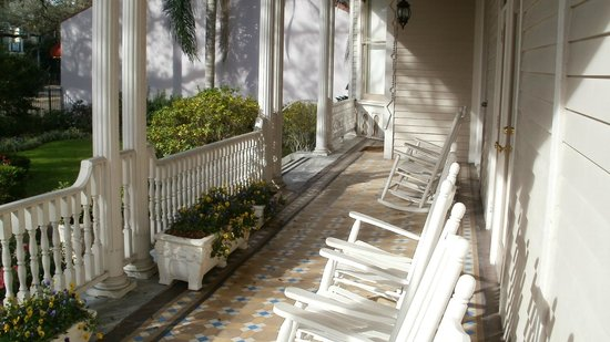Avenue Inn Bed and Breakfast:                   porch