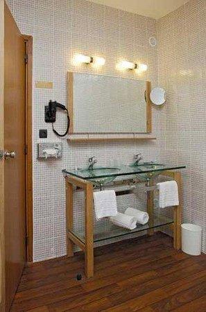Hotel de la Tour Maje : Bathroom