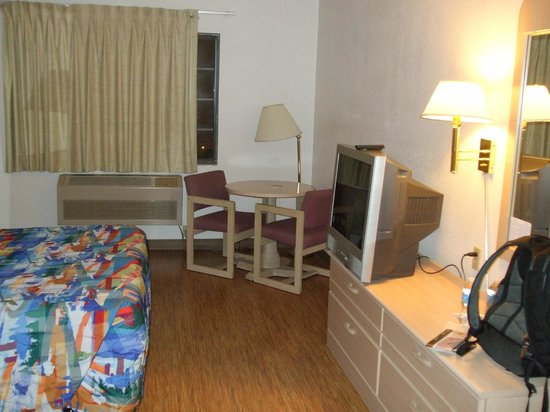 Motel 6 Williams West - Grand Canyon:                   Room with view of desk, chairs, tv