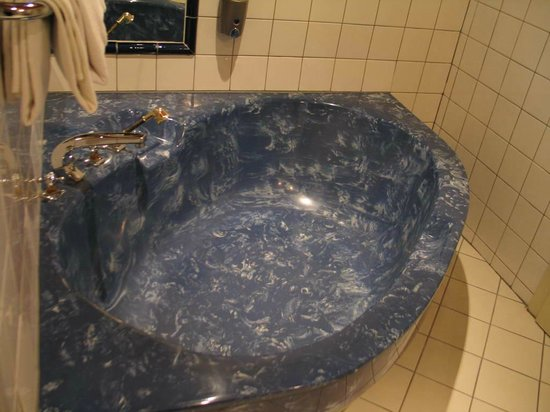 Altwienerhof: Bathroom: bathtub