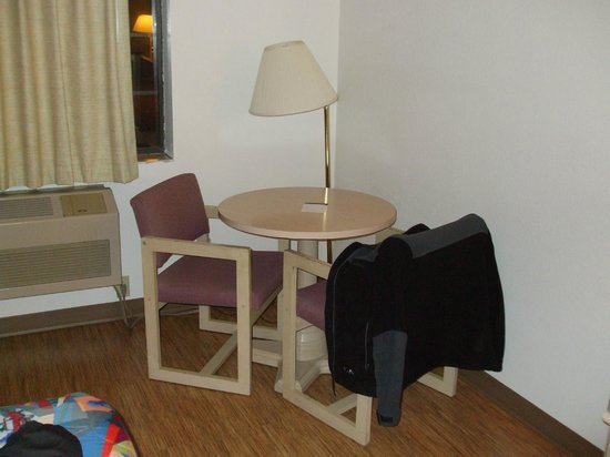 Motel 6 Williams West - Grand Canyon:                   Desk and chairs in room