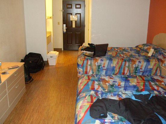 Motel 6 Williams West - Grand Canyon:                   Laminate floors in room