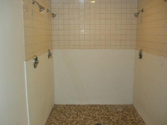 موتيل 6 ويليامز ويست - جراند كانيون:                   Shower in the pool/jacuzzi area                 