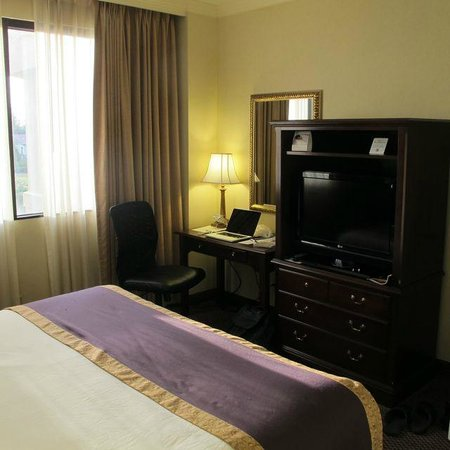 The Cook Hotel and Conference Center at LSU : Bedroom, suite