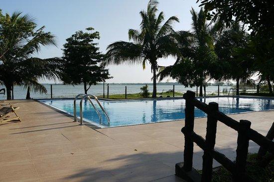 Wila Safari Hotel:                   Pool & lake