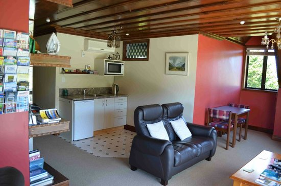 Oak Lodge Homestay:                   guest lounge