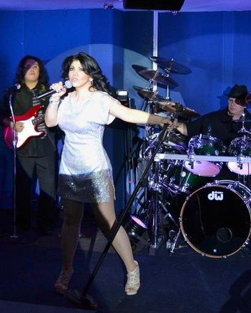 La Barriada: Show con musica en vivo.