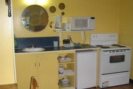 West Castle Motel: Kitchen Area