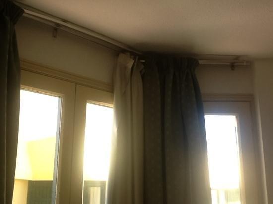 Bungalows Barranco :                                     curtains hangin off
