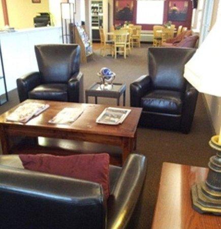 Amco Hotel and Suites: Lobbyfullview