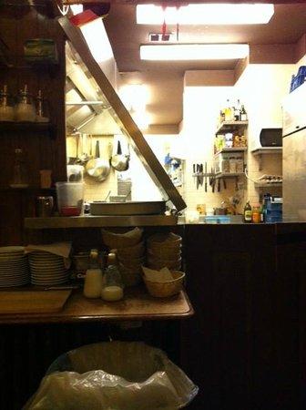 Inkijk in de half open keuken   foto van brasserie ploegmans ...