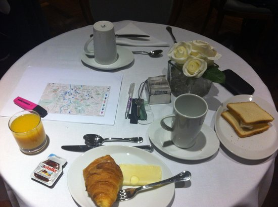 Hotel Alpi: Simple breakfast, I probably could have been earlier to the table...