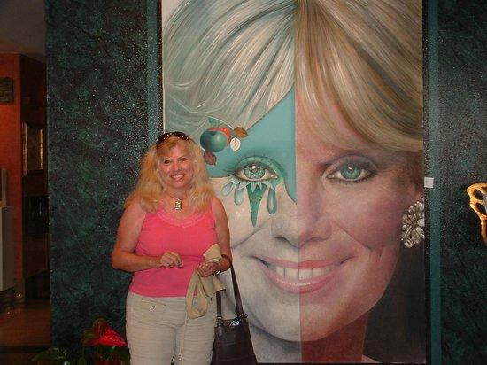 إيستيلا برشلونة:                                     Linda Evans and me in lobby                               