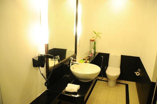 Cinnamon Lodge Habarana:                   Part of the Bathroom