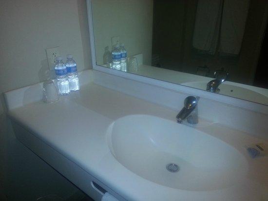 City Express EBC Reforma:                   Cuatro estrellas con vaso de plástico??? Ni lugar para cepillos de dientes!