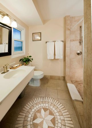Blue Sands Motel: Suite Bathroom