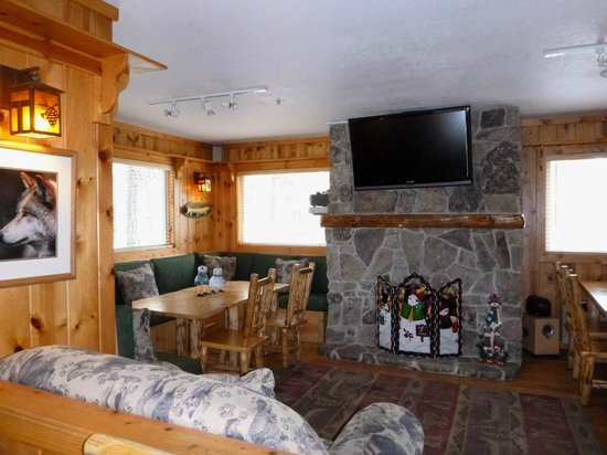 Red Wolf Lakeside Lodge: Common room