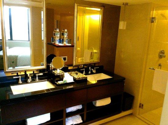 Mandarin Oriental Jakarta: Bathroom