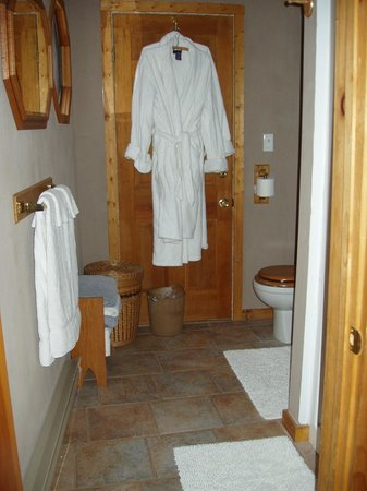 Inn the Woods Bed and Breakfast: TreeTop Suite bathroom