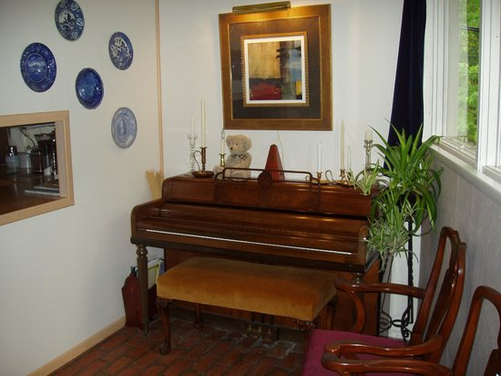 Inn the Woods Bed and Breakfast: Music room