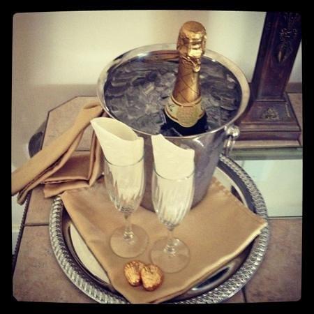 Agustin Inn: champagne
