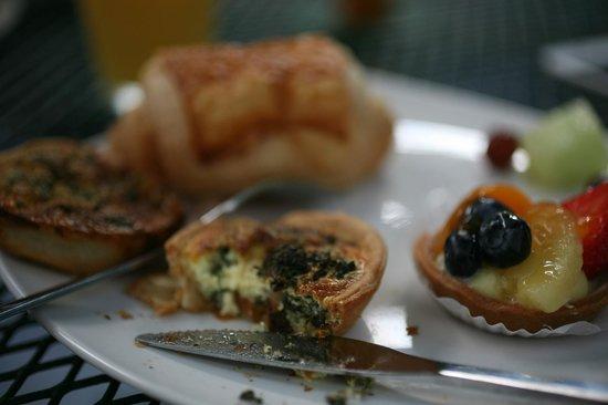 أرتيست هاوس أون فليمينج:                   Breakfast                 
