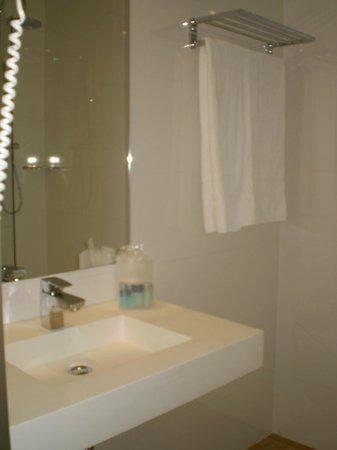 Hotel 4 Barcelona: el baño