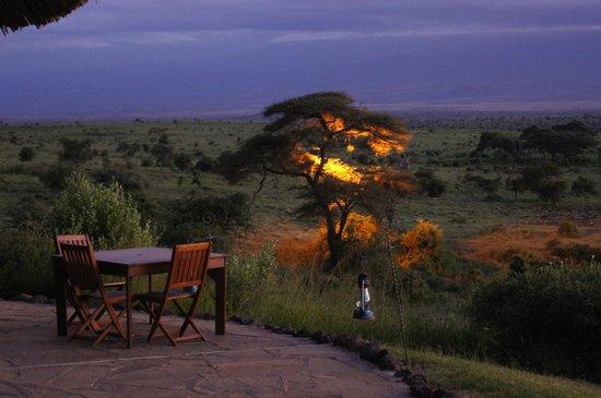 Tortilis Camp:                   Nocny widok z restauracji na Kilimandżaro
