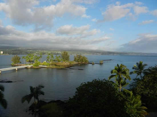 Castle Hilo Hawaiian Hotel:                   View of the bay and Hilo from our balcony