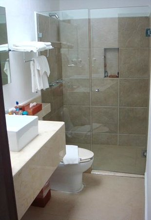 Hotel Bambu Suites: Bathroom in the Master Suite