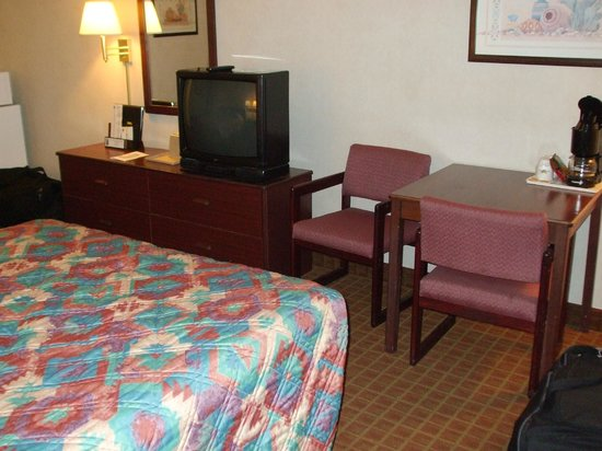 Super 8 Page/Lake Powell: Desk, tv and bed