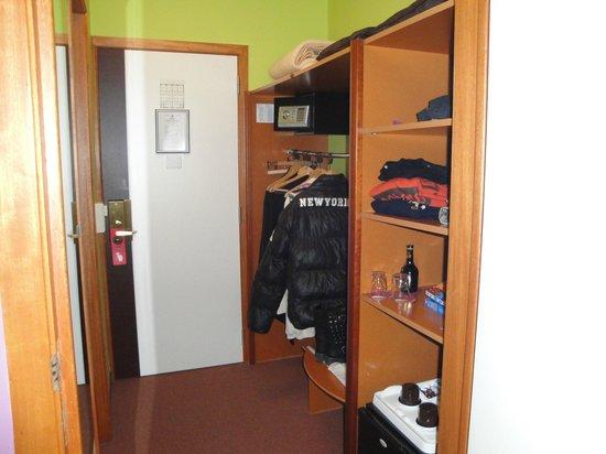 Hotel Melba: placard ,mini-frigo ,coffre