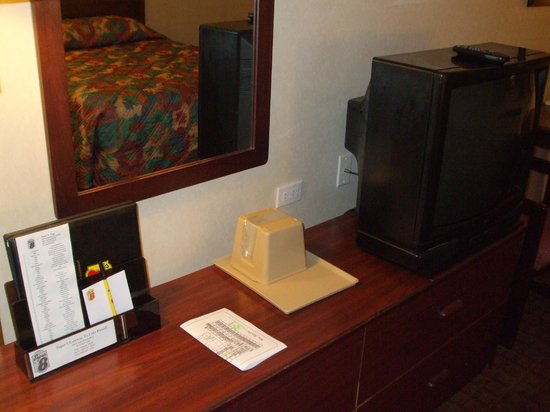 Super 8 by Wyndham Page/Lake Powell: Desk and tv