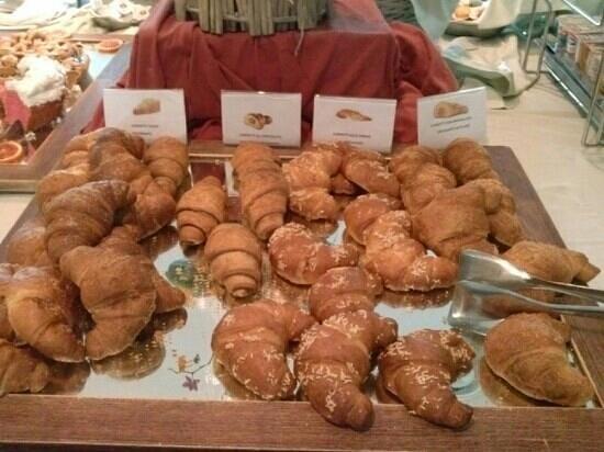 Hotel Cenacolo:                   cornetti a colazione